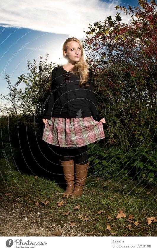 sunshine Lifestyle Stil Haare & Frisuren feminin Junge Frau Jugendliche 18-30 Jahre Erwachsene Landschaft Herbst Schönes Wetter Sträucher Mode Rock Stiefel
