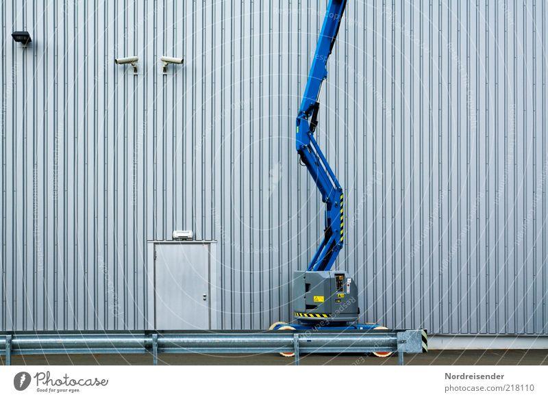Unter Beobachtung Wirtschaft Industrie Energiewirtschaft Architektur Fassade Tür modern Kontrolle Sicherheit Überwachungskamera Hebebühne überwachen Farbfoto