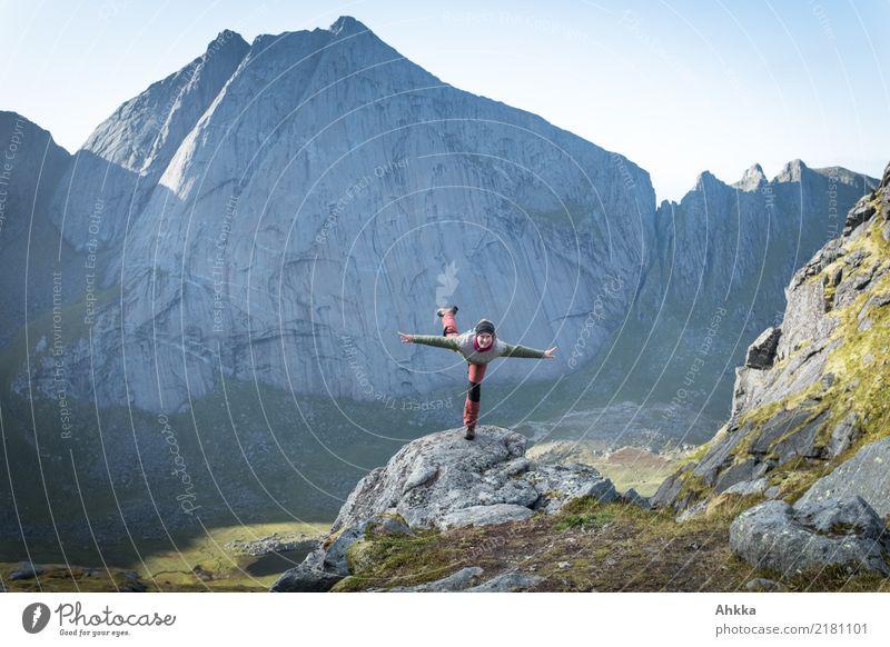 Junge Frau macht Flugversuch in Berglandschaft Skandinaviens Natur Ferien & Urlaub & Reisen Jugendliche Ferne Spielen Freiheit fliegen wild frei Perspektive