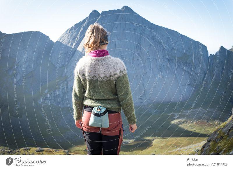 Junge Frau, Islandpullover, Bergsteigen, Norwegen, Rückansicht Natur Jugendliche ruhig Ferne Freiheit wild genießen authentisch Perspektive Lebensfreude