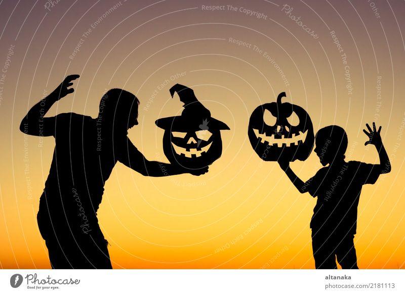 Glücklicher Vater und Sohn, die draußen spielt Lifestyle Freude Spielen Ferien & Urlaub & Reisen Sommer Feste & Feiern Halloween Kind Junge Mann Erwachsene