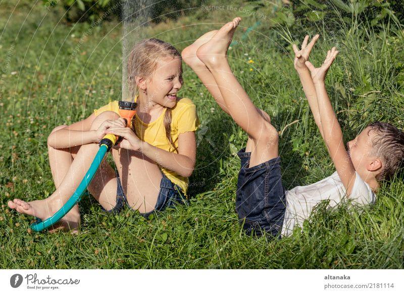Glückliche Kinder, die auf dem Gras sitzen Freude Freizeit & Hobby Spielen Ferien & Urlaub & Reisen Freiheit Sommer Haus Garten Junge Familie & Verwandtschaft