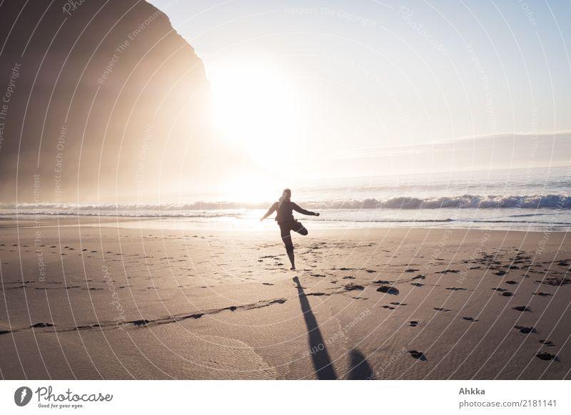 Junge Frau tanzt am Strand im Sonnenuntergang Spielen Ferien & Urlaub & Reisen Abenteuer Ferne Freiheit 1 Mensch Natur Berge u. Gebirge Wellen Meer Lofoten