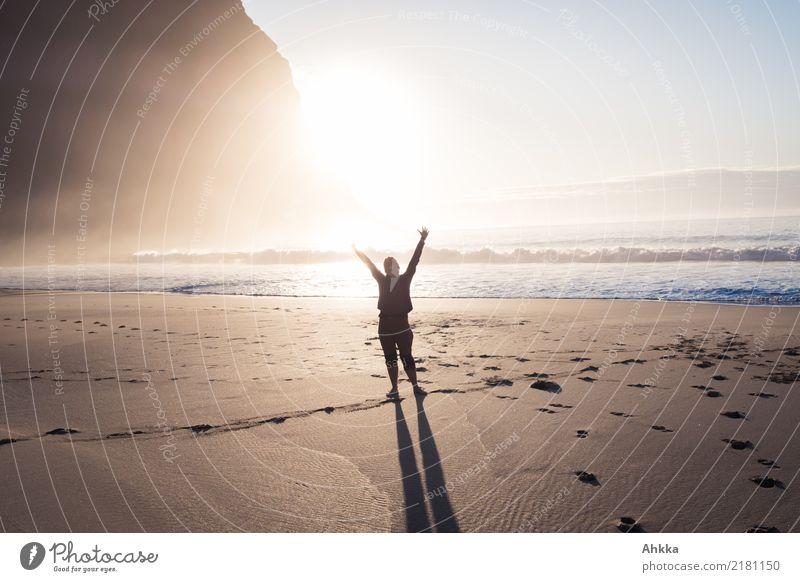 Junge Frau grüßt am Strand im Sonnenlicht am Nordmeer Leben harmonisch Wohlgefühl Ferien & Urlaub & Reisen Ausflug Abenteuer Jugendliche Natur Berge u. Gebirge