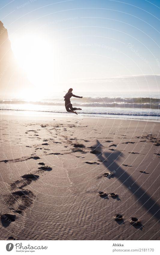 Strandflugbild, Glück am Meer Ferien & Urlaub & Reisen Jugendliche Junge Frau Sonne Erholung Freude Ferne Leben Küste Freiheit Ausflug Zufriedenheit Horizont