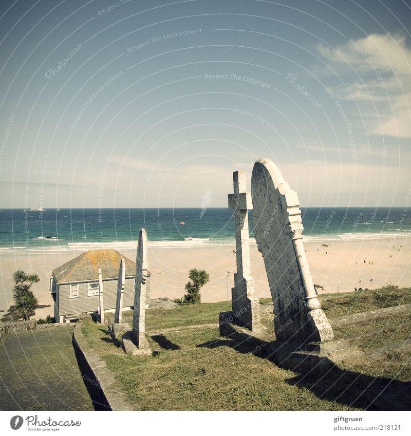 requiescam in pace Umwelt Natur Landschaft Wasser Himmel Pflanze Gras Küste Meer Insel Traurigkeit Trauer Tod Friedhof bizarr Haus Strand Cornwall