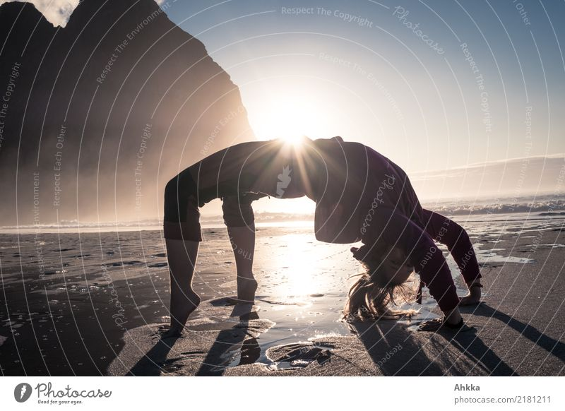 Vorsicht Wasser kommt - Strandakrobatik sportlich Fitness Leben Wohlgefühl Ferien & Urlaub & Reisen Abenteuer Sonne Meer Wellen Sport Sport-Training Junge Frau