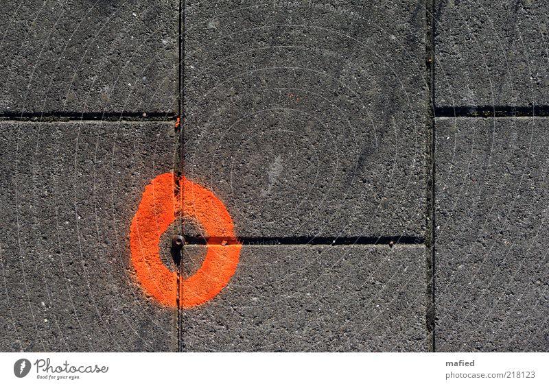 Eckpunkt Baustelle Messinstrument Wege & Pfade Stein Metall grau rot schwarz Genauigkeit Vermessungspunkt Farbfoto Außenaufnahme Nahaufnahme Textfreiraum rechts