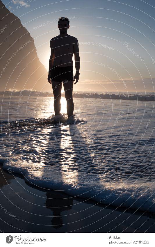 Mann im Meer vor Sonnenuntergang, Welle Leben harmonisch Wohlgefühl Zufriedenheit Sinnesorgane Erholung ruhig Ferien & Urlaub & Reisen Abenteuer Sommer
