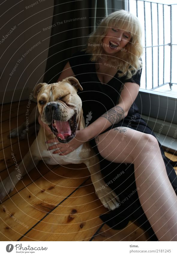 Lilly Raum Dielenboden feminin Frau Erwachsene 1 Mensch Balkon Kleid Tattoo blond langhaarig Tier Hund Tiergesicht beobachten berühren Bewegung festhalten