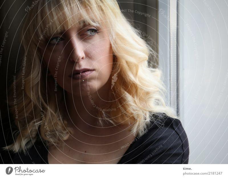 . Raum feminin Frau Erwachsene 1 Mensch Fenster Hemd Piercing blond langhaarig Pony beobachten Denken Blick dunkel schön Coolness Optimismus Willensstärke