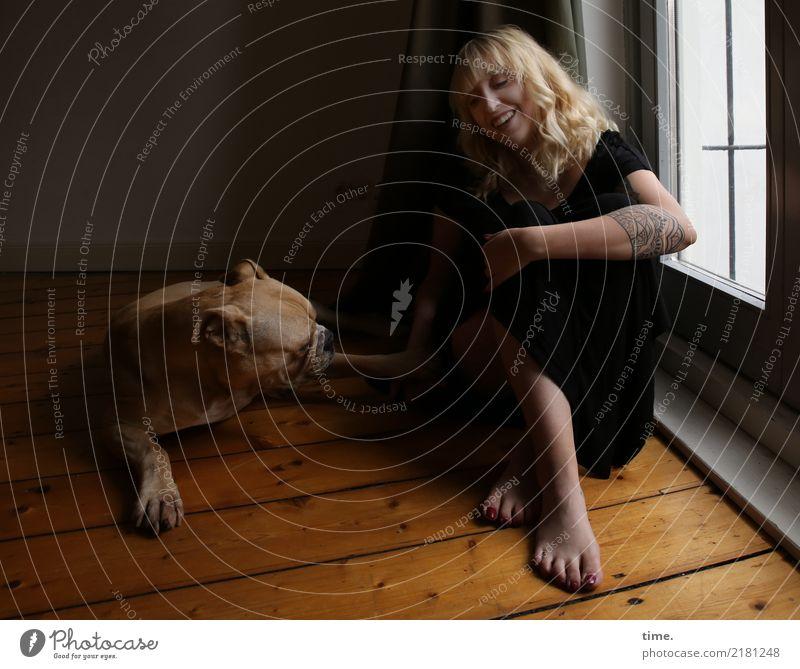 Lilly Raum Holzfußboden feminin Frau Erwachsene 1 Mensch T-Shirt Hose Tattoo Barfuß blond langhaarig Tier Hund Bulldogge Erholung lachen sitzen Spielen schön