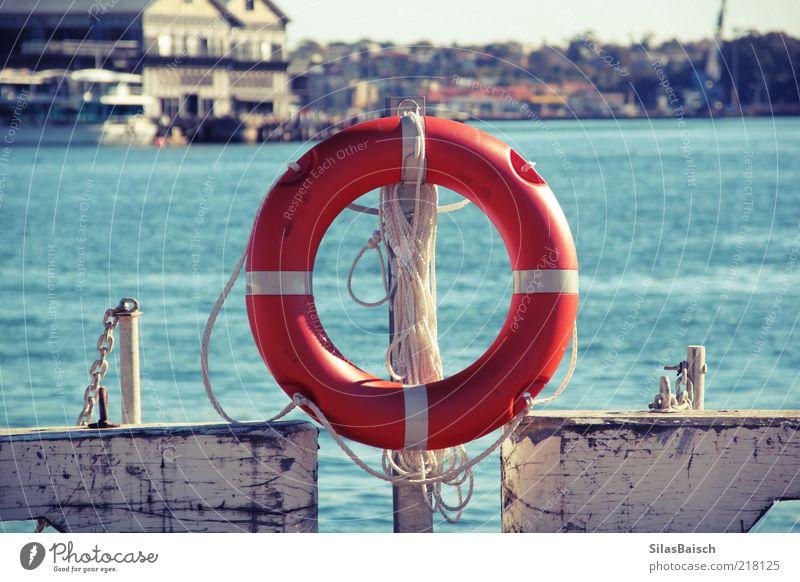 Sicher ist sicher Hafenstadt Schifffahrt Wasserfahrzeug Rettungsring Seil Kreis Sicherheit Farbfoto Außenaufnahme orange Anlegestelle