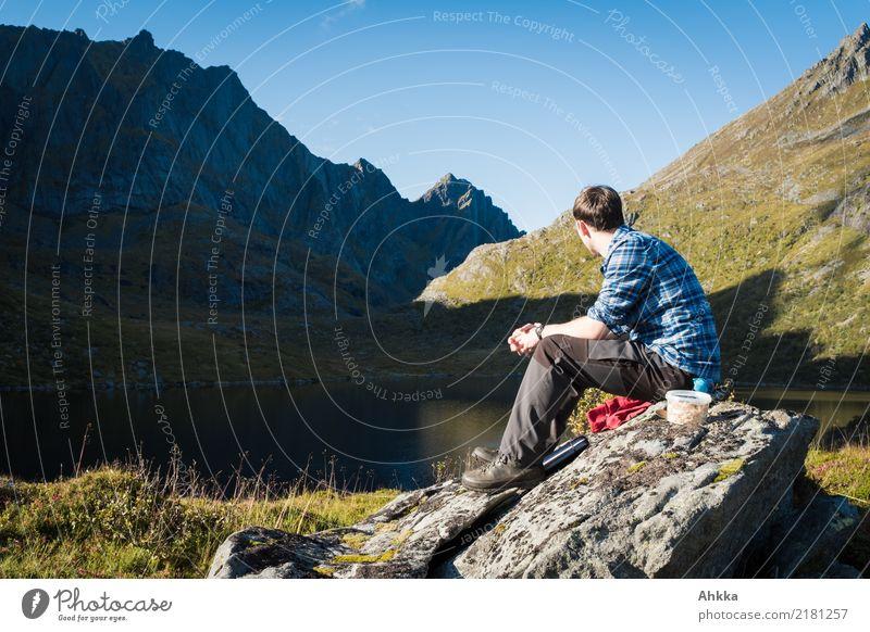 Junger Mann in Berglandschaft, Mittagspause, Norwegen, Lofoten Natur Ferien & Urlaub & Reisen Jugendliche Landschaft Erholung ruhig Ferne Berge u. Gebirge See