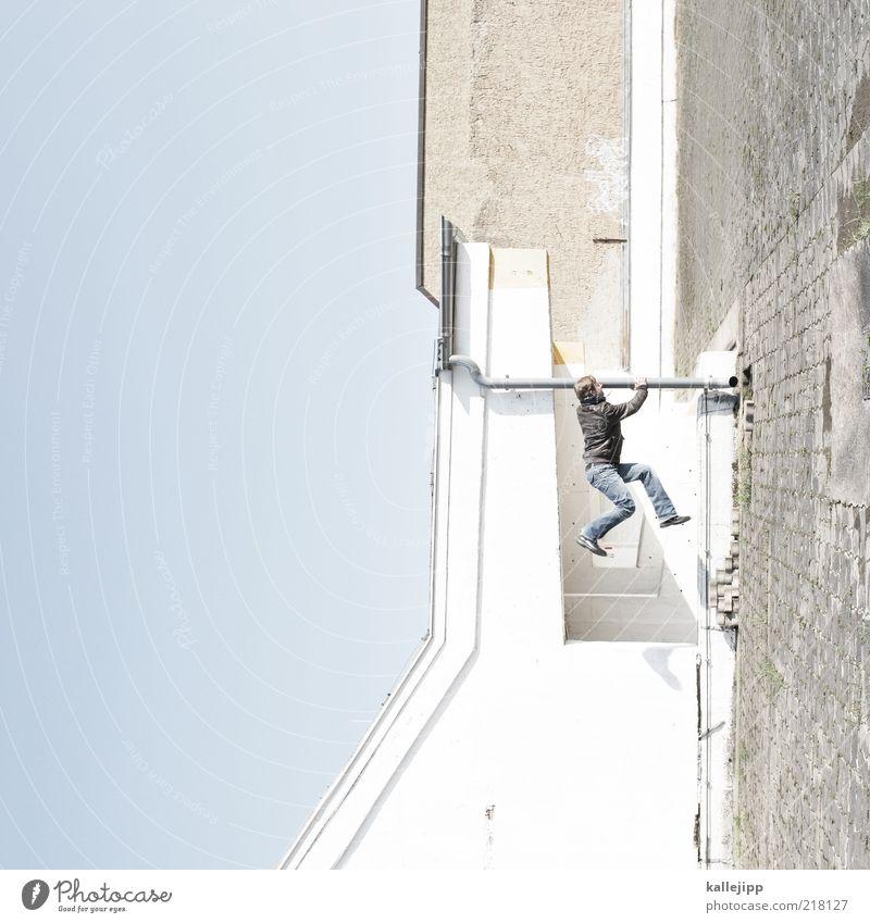 let´s twist again Mensch Mann Erwachsene maskulin festhalten Jeanshose Jacke hängen Täuschung Perspektive Freestyle Le Parkour hängend Regenrinne Klettern Dinge