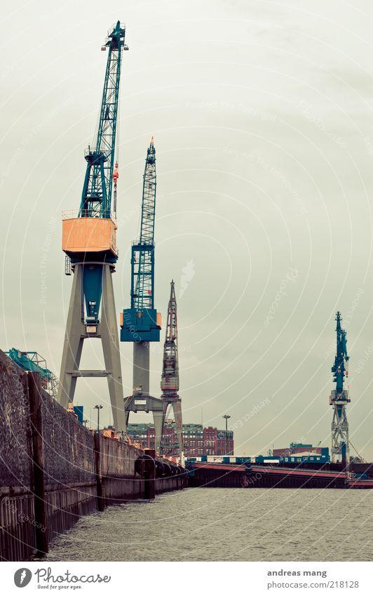 Kranparade ruhig grau Mauer Arbeit & Erwerbstätigkeit dreckig groß Wachstum leer Zukunft Industrie trist Wandel & Veränderung Technik & Technologie Güterverkehr & Logistik Hafen Dienstleistungsgewerbe