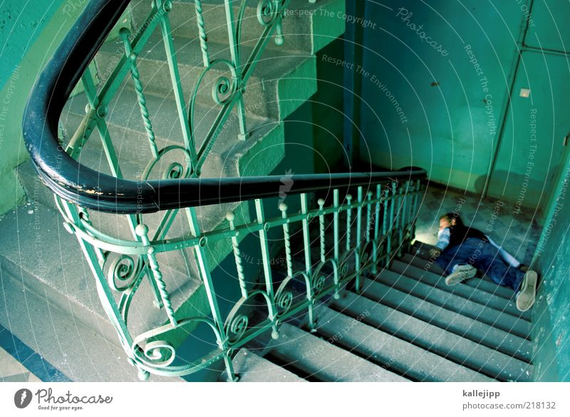 hochmut kommt vor dem fall Mensch maskulin Mann Erwachsene Leben 1 Haus Treppe fallen Tod Geländer stolpern Unfall Mord Opfer Treppenabsatz grün liegen