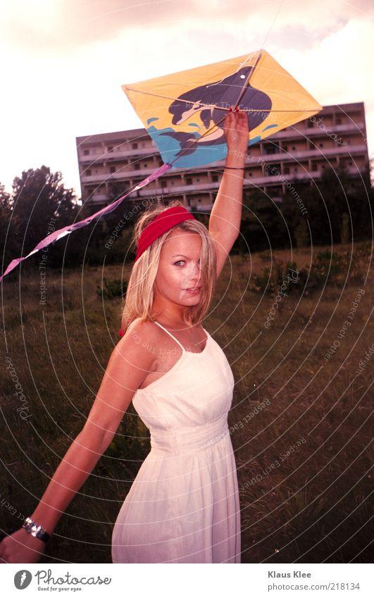 AND LET YOUR KITES RISE :: Jugendliche schön Wiese springen Tanzen blond Hoffnung Kleid Uhr festhalten Lust Drache langhaarig Plattenbau Mensch Delphine