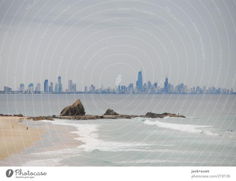 Gold Coast Himmel Stadt Meer ruhig Ferne Umwelt Küste Gebäude Stein Sand Horizont Wachstum trist modern Hochhaus Unendlichkeit