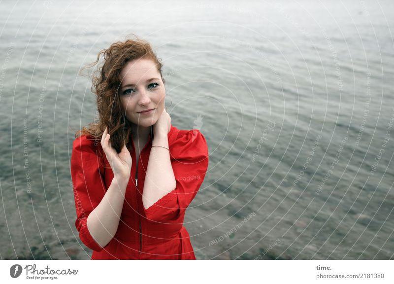 Nina feminin Frau Erwachsene 1 Mensch Wasser Wellen Küste Ostsee Kleid rothaarig langhaarig beobachten festhalten Blick stehen Freundlichkeit schön