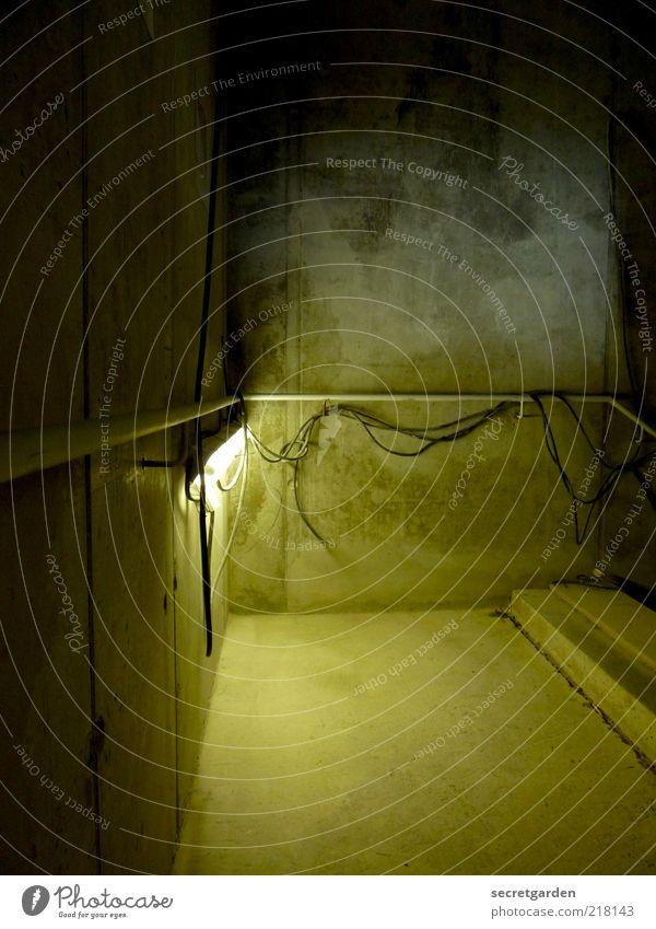 Die Ästhetik von Sichtbeton. Renovieren Keller Baustelle Bauwerk Gebäude Treppenhaus Treppengeländer Treppenabsatz Mauer Wand Beton dunkel Geländer Kabel