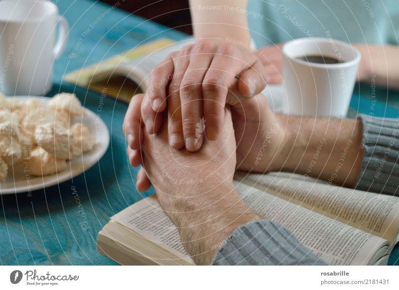 Fürbitte - miteinander beten Mensch Frau Erwachsene Mann Freundschaft Paar Hand Pullover Bibel Tasse Kaffee Backwaren Holz berühren Zusammensein blau türkis