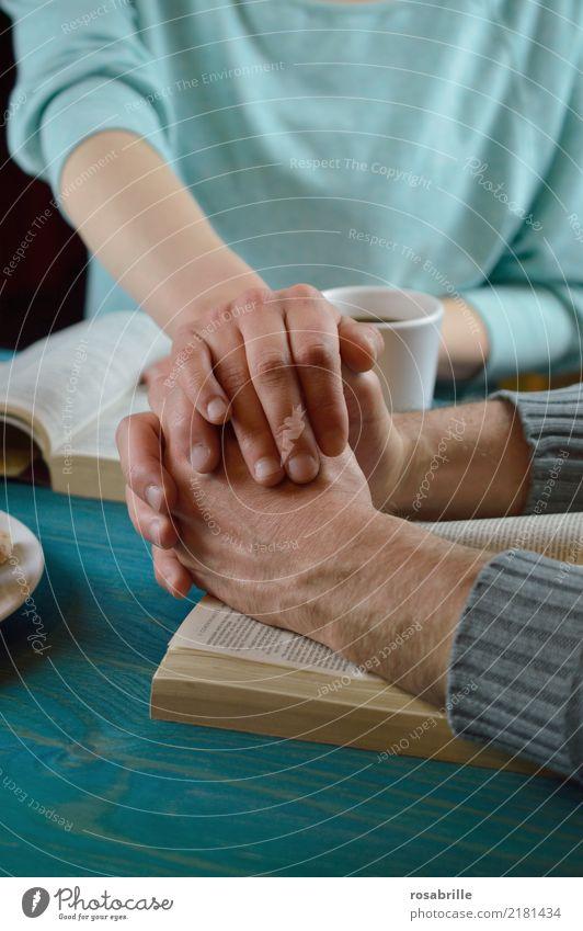Fürbitte - miteinander beten Mensch Frau Erwachsene Mann Freundschaft Paar Hand Pullover Bibel Tasse Kaffee Tisch Holz berühren blau türkis Mut Sympathie