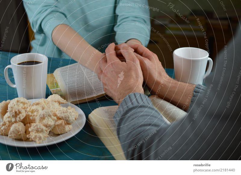 miteinander beten Mensch Frau Erwachsene Mann Hand Pullover Tisch Tasse Backwaren Kaffee berühren Zusammensein blau grau türkis Tugend Vertrauen Sicherheit