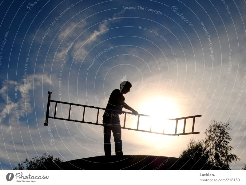 gen Himmel Mensch weiß blau schwarz Arbeit & Erwerbstätigkeit Freiheit hell Horizont entdecken leuchten Kreativität Leiter blenden gebrauchen Sonnenuntergang