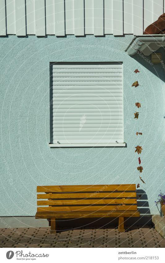 Good Bank Erholung ruhig Haus Möbel Garten Einfamilienhaus Mauer Wand Fenster Jalousie Rollladen Rollo geschlossen Fassade Farbfoto Außenaufnahme Menschenleer
