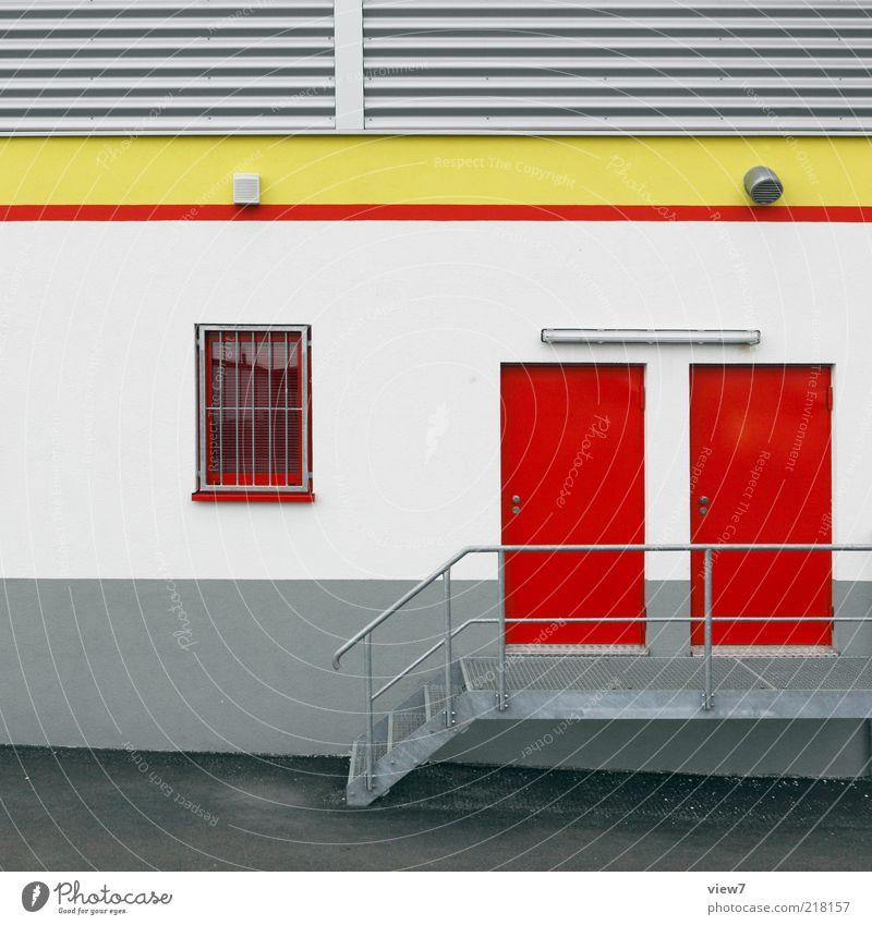 Personaleingang Handel Haus Mauer Wand Treppe Fassade Fenster Tür Metall Linie Streifen authentisch einfach modern neu oben Discounter Supermarkt Farbfoto