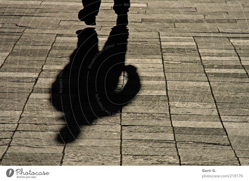 SchwarzMann Mensch Erwachsene Arme Fuß 1 Platz Wege & Pfade Stein Bewegung gehen dunkel schwarz Gefühle Stimmung Angst gefährlich Fabelwesen Pflastersteine