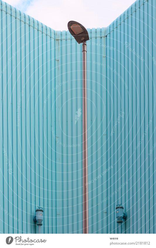Laterne mit Profil blau Haus Architektur Wand Gebäude außergewöhnlich Fassade authentisch Dinge eckig Blech Sanieren Geografie