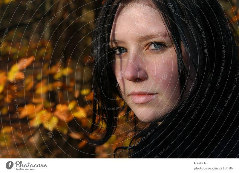 aWaiting Mensch Natur Jugendliche Gesicht Herbst feminin Gefühle Stimmung Erwachsene authentisch einzigartig drehen Textfreiraum links langhaarig Frau Herbstlaub