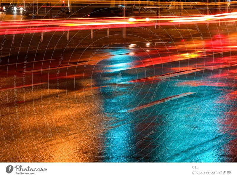 durch die nacht Straße dunkel Bewegung Wege & Pfade PKW Regen nass warten Verkehr Geschwindigkeit stoppen Pfeil feucht Verkehrswege Mobilität Fahrzeug