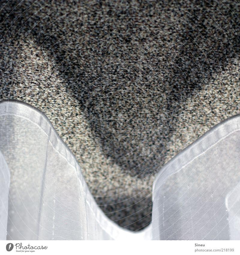 offenes Pseudopolygon Gardine Teppich Vorhang grau weiß Einsamkeit Langeweile stagnierend Farbfoto Gedeckte Farben Innenaufnahme Nahaufnahme Detailaufnahme
