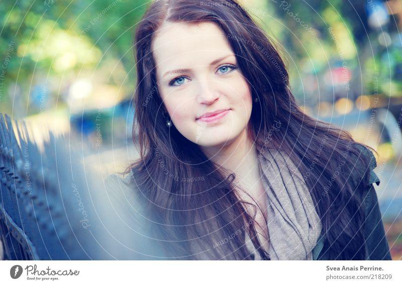 blauerschimmer. Lifestyle elegant Stil feminin Junge Frau Jugendliche Haare & Frisuren 1 Mensch 18-30 Jahre Erwachsene Schönes Wetter Schal brünett langhaarig
