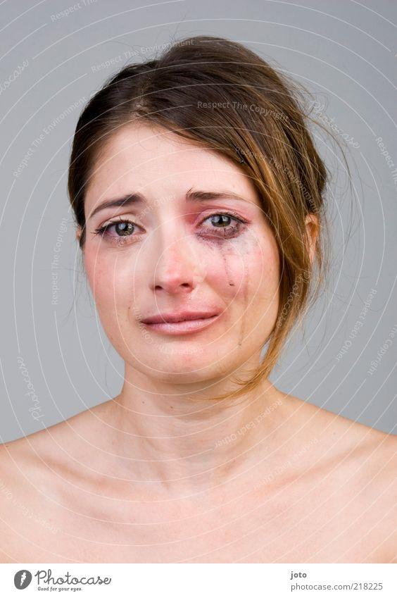 hurt I Frau Jugendliche Einsamkeit feminin Tod Gefühle Erwachsene Traurigkeit Stimmung Angst Hoffnung Trauer Sehnsucht Gewalt Schmerz brünett