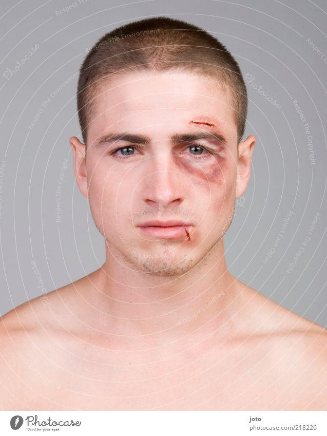 hurt II Mann Jugendliche Einsamkeit Erwachsene Gefühle Traurigkeit maskulin gefährlich bedrohlich Trauer Gesicht stark Junger Mann Gewalt Schmerz Porträt