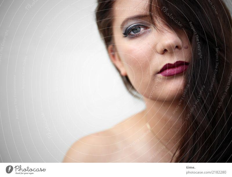 . Lippenstift feminin Frau Erwachsene 1 Mensch Schmuck brünett langhaarig beobachten Blick schön selbstbewußt Coolness Willensstärke Sicherheit Schutz Romantik