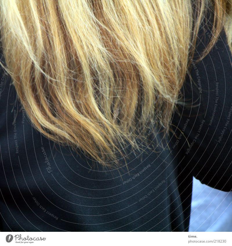 Mädchen-Foto Frau Farbe schwarz Erwachsene dunkel Bewegung Haare & Frisuren blond Rücken Arme lang Dynamik Mantel langhaarig Textilien Haarsträhne