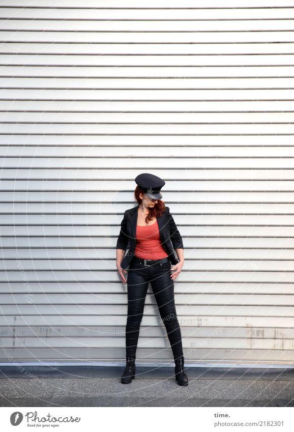 Anja feminin Frau Erwachsene 1 Mensch Industrieanlage Rolltor Wege & Pfade T-Shirt Hose Jacke Hut brünett langhaarig Metall beobachten festhalten Blick stehen