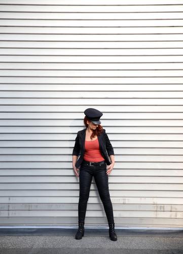 Anja Frau Mensch Stadt dunkel Erwachsene Leben Wege & Pfade feminin Metall Kraft stehen beobachten festhalten T-Shirt Hose Konzentration