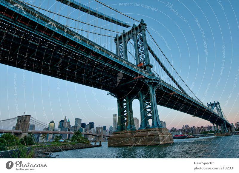 Manhattan Bridge New York City Brooklyn Hafenstadt Skyline Sehenswürdigkeit Wahrzeichen blau Brücke Brückenpfeiler Brückenkonstruktion Dämmerung Hängebrücke