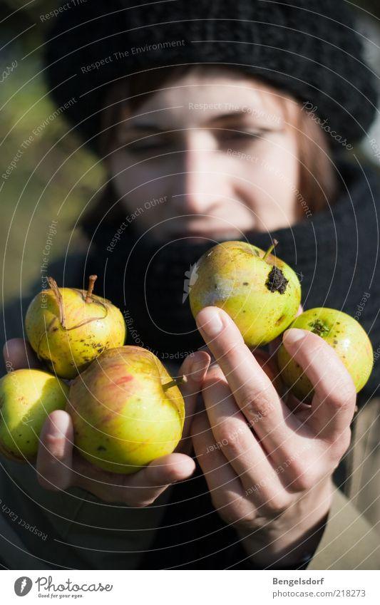 handvoll Frucht Apfel Ernährung Bioprodukte Vegetarische Ernährung Leben Wohlgefühl Junge Frau Jugendliche 1 Mensch Natur Herbst Garten Mütze Gesundheit