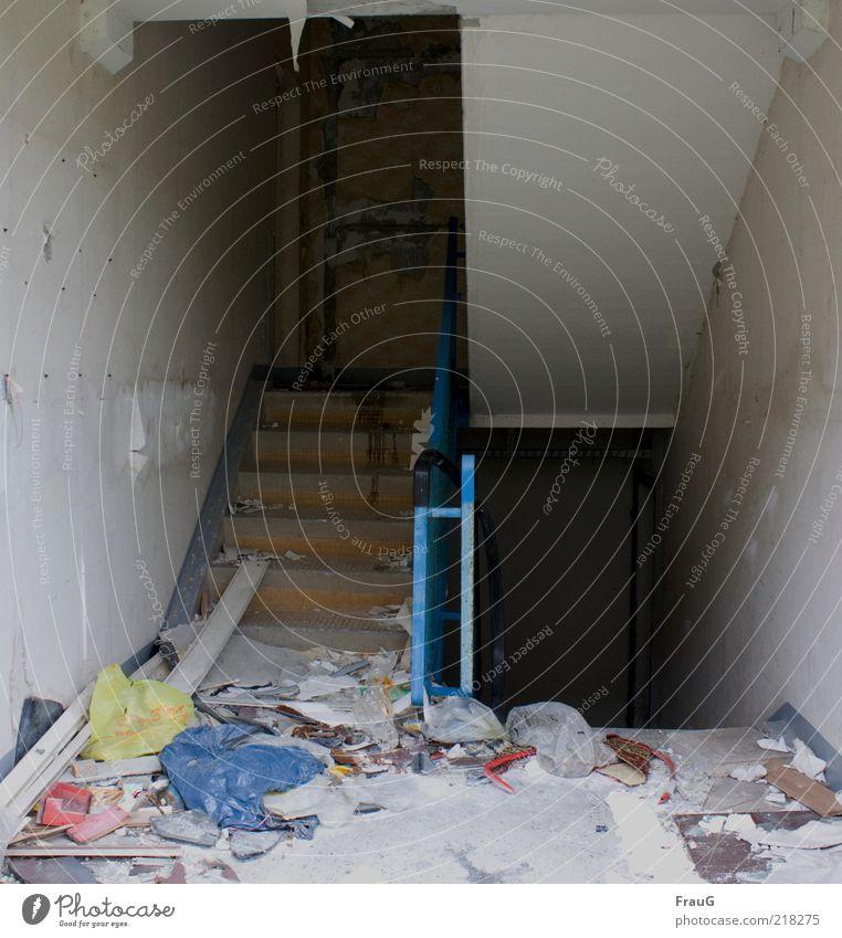 unordentlich verlassen Menschenleer Treppe Tür Verpackung Kunststoffverpackung dreckig kaputt Ende Verfall Zerstörung Innenaufnahme Tag Schatten Bauschutt kahl