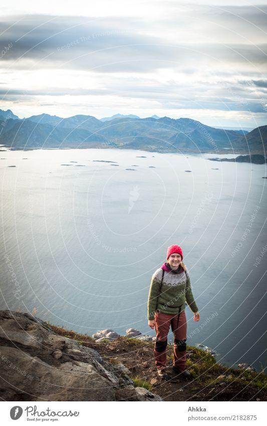 Junge Frau steht auf einer Klippe über den Lofoten Ferien & Urlaub & Reisen Jugendliche Landschaft Meer ruhig Ferne Freiheit Erde Stimmung oben Zufriedenheit