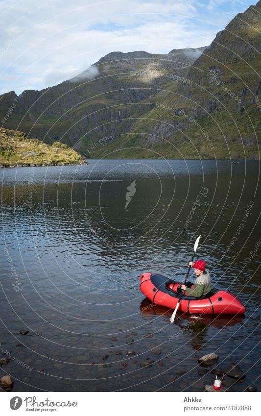 Junge Frau in einem roten Kajak, Bergseepanorama, Norwegen Natur Ferien & Urlaub & Reisen Jugendliche Wege & Pfade Freiheit See Freizeit & Hobby Zufriedenheit