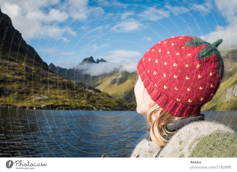 Erdbeermütze vor Bergseepanorama Himmel Ferien & Urlaub & Reisen Jugendliche Junge Frau Landschaft Erholung Wolken Ferne Berge u. Gebirge Kopf Zufriedenheit