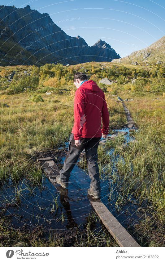 Junger Mann wagt einen Schritt in unsicherem Gelände Mensch Natur Ferien & Urlaub & Reisen Jugendliche Landschaft Berge u. Gebirge Religion & Glaube